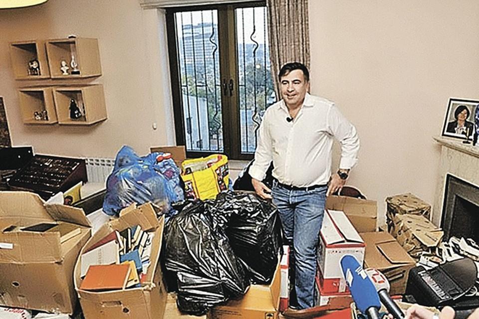 Михаил Саакашвили устроил шоу даже из своего ухода с поста президента. Позвал журналистов посмотреть - как собирает вещи и съезжает из резиденции.