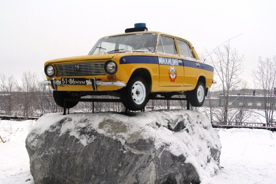 «ВАЗ-2101» в свое время проехал не одну тысячу километров в погоне за нарушителями. А теперь ушел на заслуженную пенсию и стал памятником.