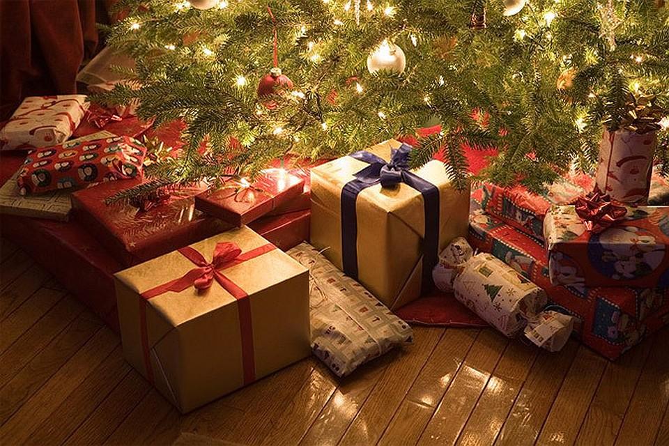 картинка гора подарков под елкой лентой позволяет