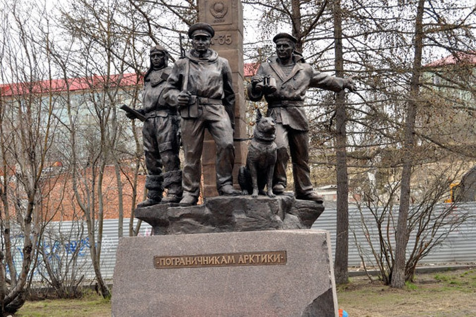 Памятник пограничникам появился рядом с облдрамтеатром.