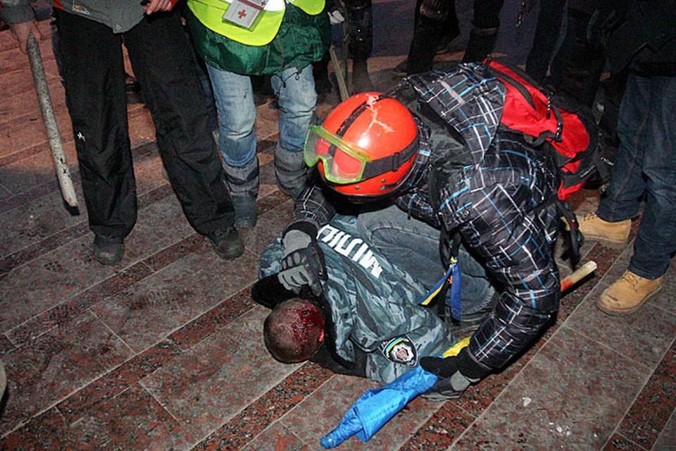 Так по телевизору показали как бунтовщики вытащили из оцепления бойца «Беркута»