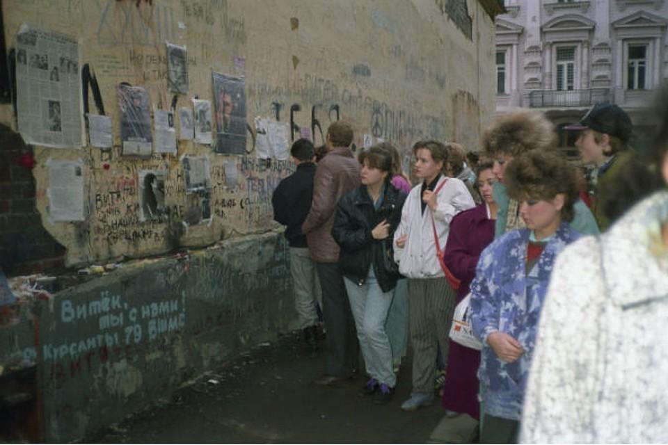 ed220e6dc04f 15 модных примет девяностых в России - желтые лосины, малиновые пиджаки,  синие челки.