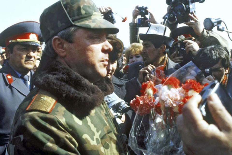 Командующий ограниченным контингентом советских войск в Афганистане, Герой Советского Союза, генерал-лейтенант Борис Громов после вывода советских частей и соединений из Афганистана, выполненного в соответствии с женевскими соглашениями, отвечает на вопросы журналистов в узбекском городе Термезе.