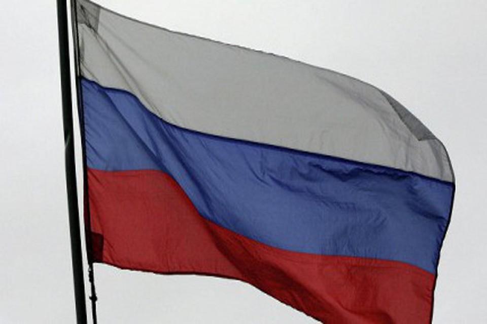 В Симферополе митингующие повесили на здании Верховного Совета Крыма российский флаг