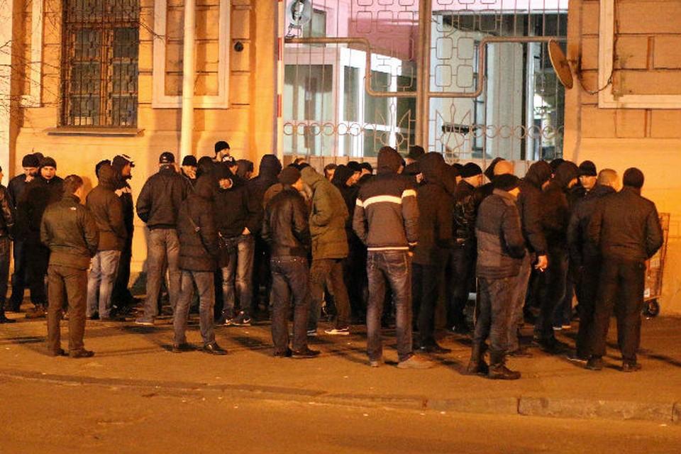 Товарищи и сослуживцы задержанных милиционеров минувшей ночью осадили вход в здание Главка МВД