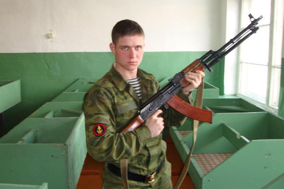 Комаров очень любил позировать с оружием