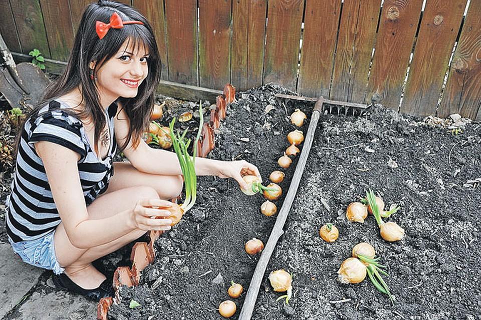 фото девушки в огороде порно