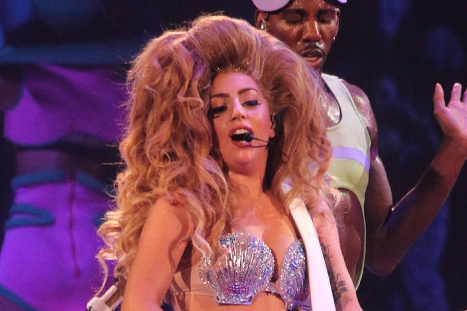 4 мая Леди Гага дала старт своему мировому турне «artRAVE: The ARTPOP Ball».