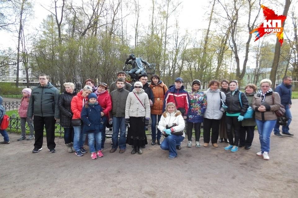 У памятника Пушкину в Лицейском садике ребята из Рязани чувствовали себя торжественно.