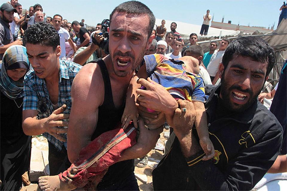 В момент написания этой колонки евреи убили более полусотни палестинцев, конечно – террористов, самому юному террористу – два года, самой старой – восемьдесят. Несколько семей уничтожены целиком.