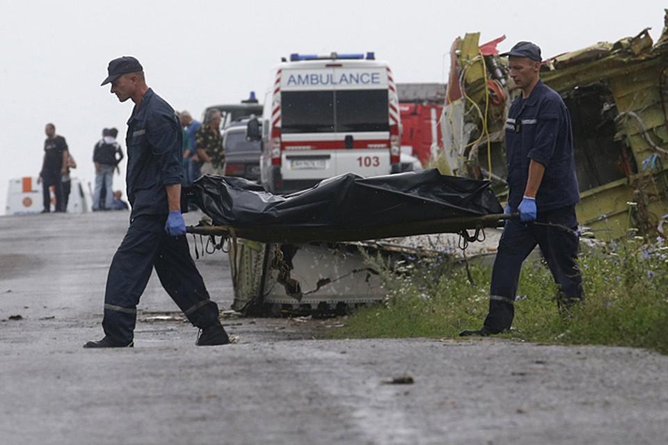 Среди самых невероятных слухов вокруг малазийского «Боинга» широко обсуждается и такой: самолет подготовили к провокации. На борт погрузили трупы, а вместо экипажа лайнером управлял автопилот