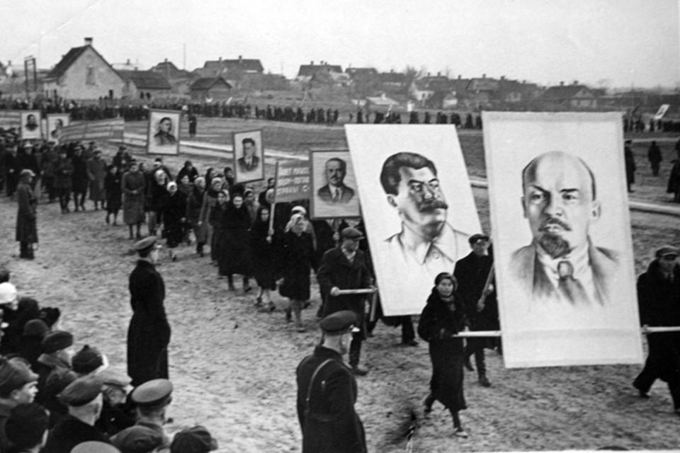 Демонстрация на 7 ноября. Гродно, 1940 г.  Фото: из архива Алеся Смоленчука