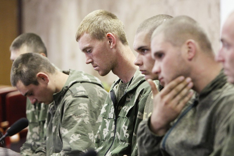 Российские десантники, задержанные 25 августа в Донецкой области, были доставлены в Киев, помещены в следственный изолятор и предъявлены прессе