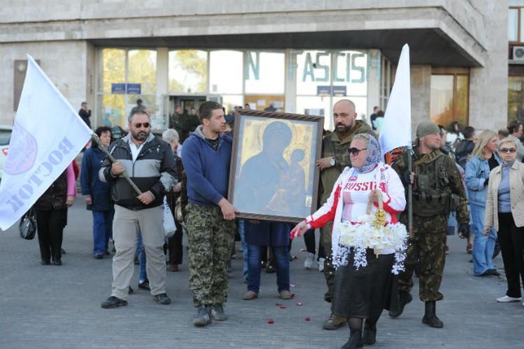 В понедельник в Донецк доставили Тихвинскую ополченную икону Божьей Матери