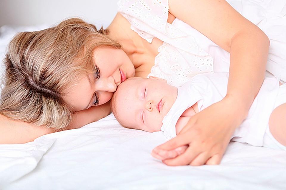 Мать исын в месте в постели