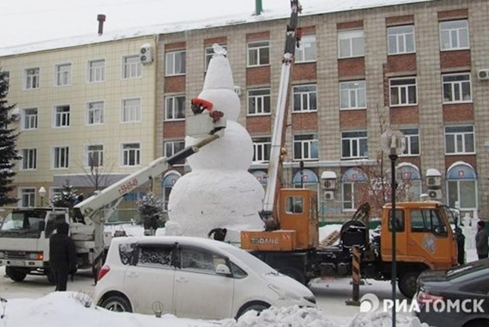 В Томске слепили самого большого снеговика в России