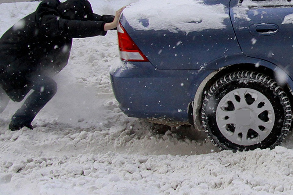 машины застрявшие в снегу известен