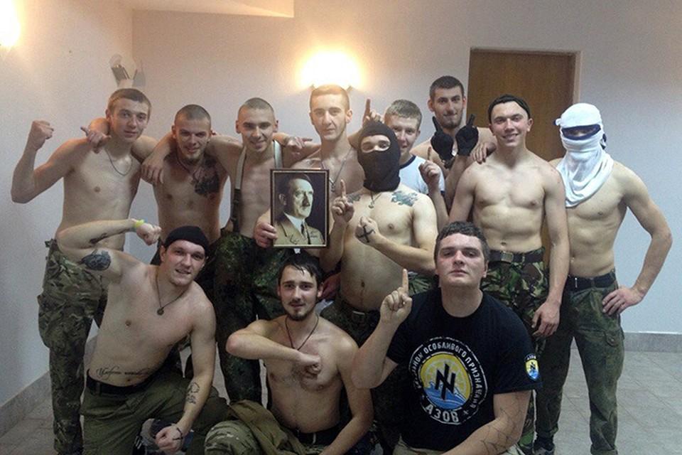 """Бойцы батальона """"Азов"""" снялись с портретом своего кумира. Фото: соцсети"""