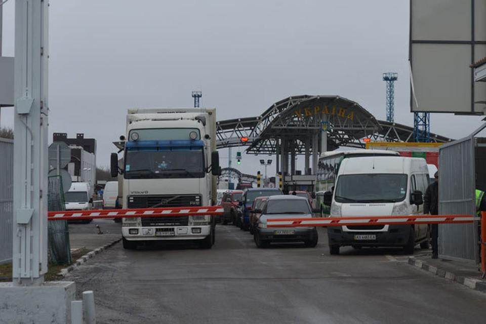 Далеко не всем россиянам даже при наличии загранпаспортов удается перейти границу.