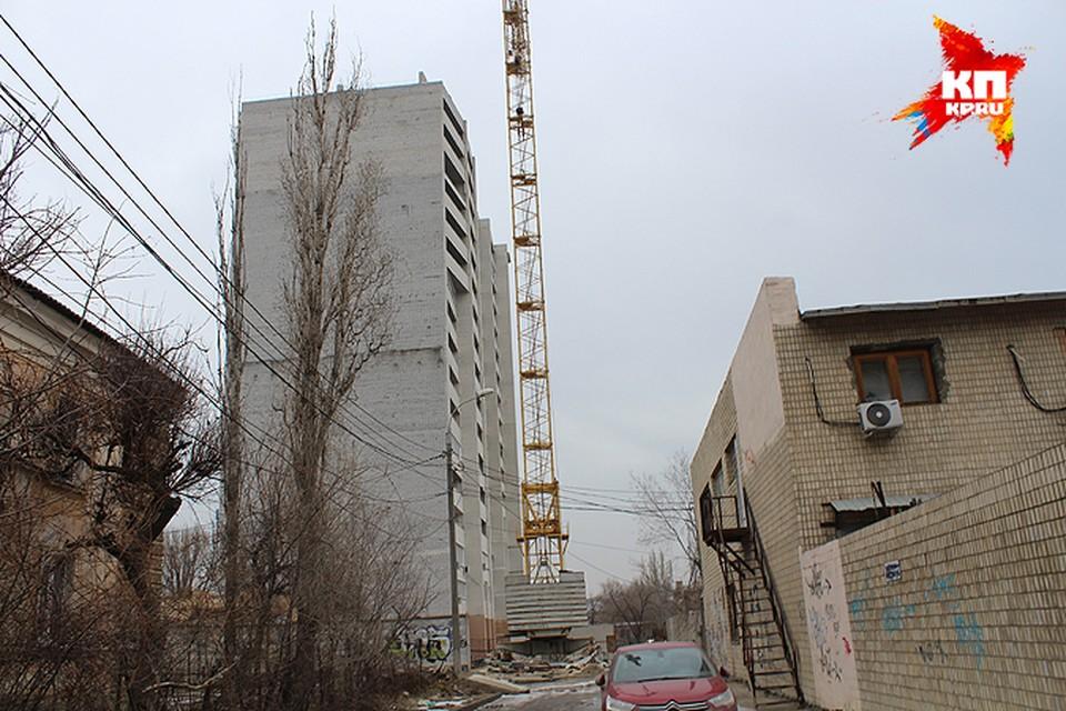 Эту семнадцатиэтажку на Козловской строили 11 лет. И до сих пор люди не могут заселиться в купленные квартиры.