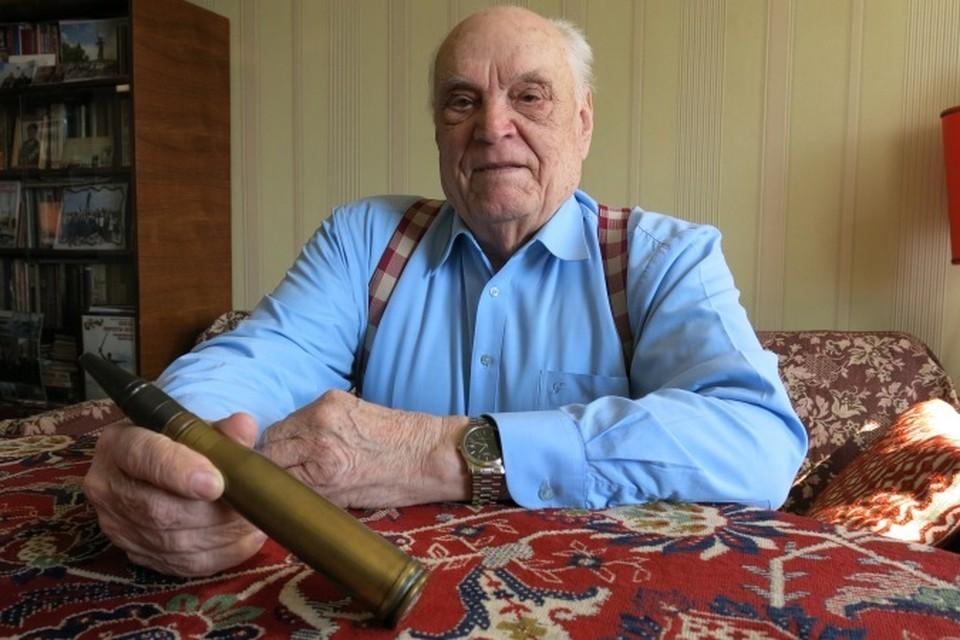 Валентин Николаевич показывает 37-миллиметровый снаряд от зенитной пушки, который он нашел на аэродроме Девау 7 апреля 1945 года, взял на память и теперь хранит дома (снаряд, конечно, обезврежен).