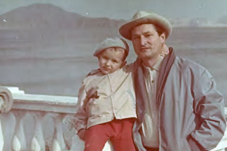Поэт Владимир Харитонов с сыном Васей в Крыму в 1964 году. Фото: личный архив