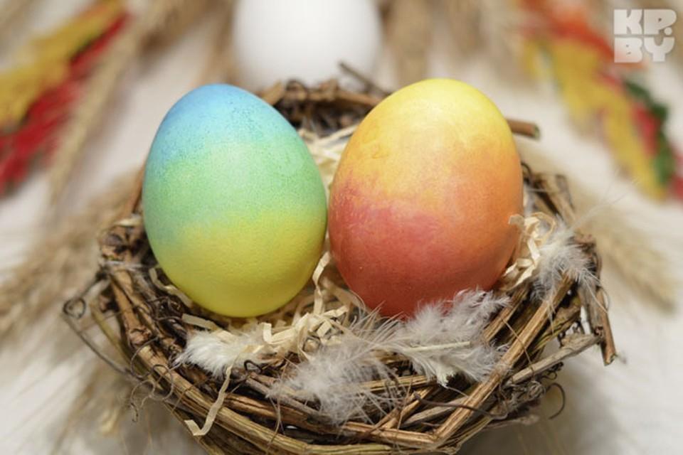 Сделать такие радужные яйца очень просто. Главное не жалеть красок и не забыть надеть перчатки