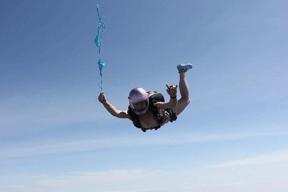 голая девушка прыгает с парашютом една дума