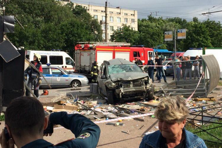 Авария в буквальном смысле снесла и остановку, и киоск. ФОТО: соцсети.