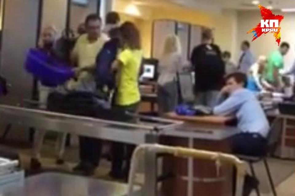 Депутат снял, как досмотрщик багажа в Шереметьево уснул Фото: Алексей Коробейников