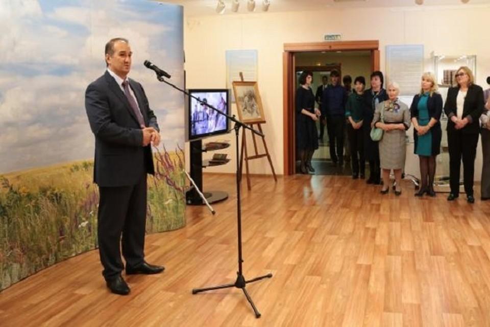 В Ханты-Мансийск привезли личные вещи Михаила Шолохова. Фото пресс-службы губернатора ХМАО
