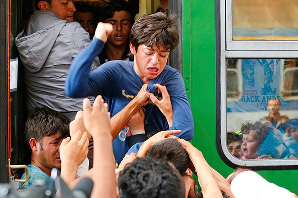 Европейские эксперты провели анализ и выяснили, в чьи карманы утекают деньги, которые платят мигранты для того, что попасть в европейский рай