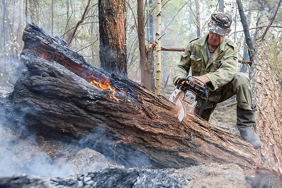 Доброволец во время тушения лесного пожара в Иркутской области.