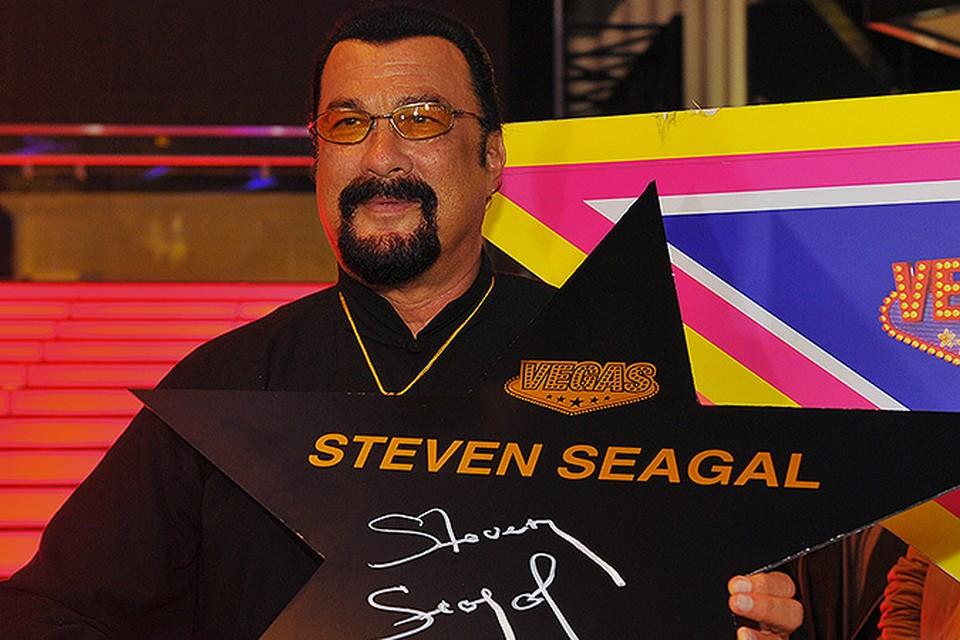 Стивен Сигал открыл свою именную звезду на московской Аллее славы