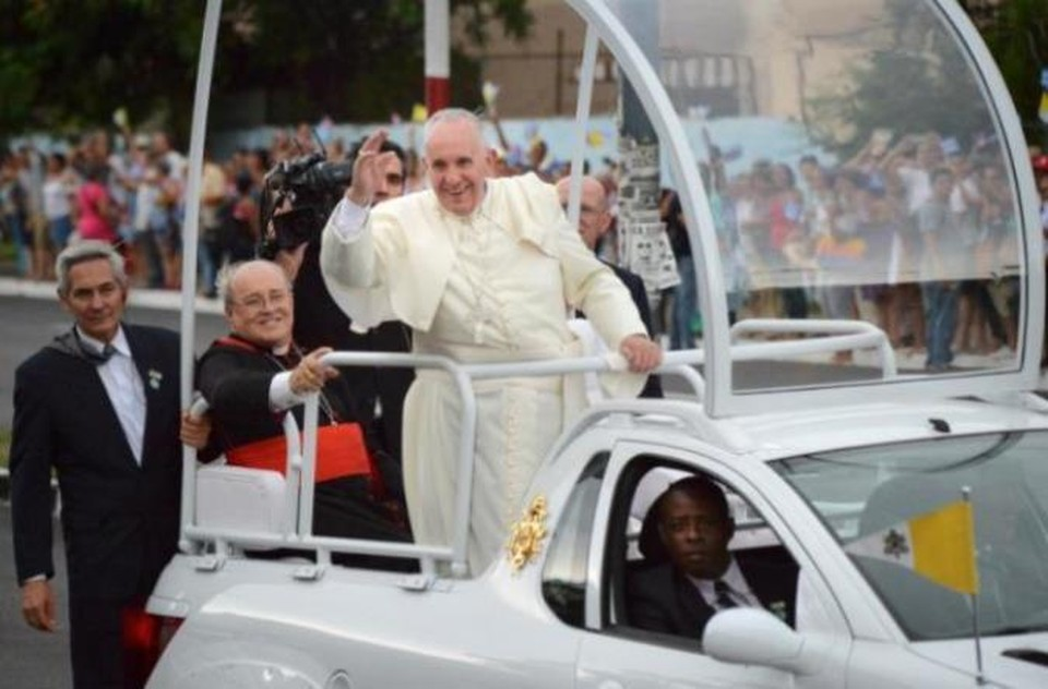 Франциск разъежает по Гаване в папамобиле.
