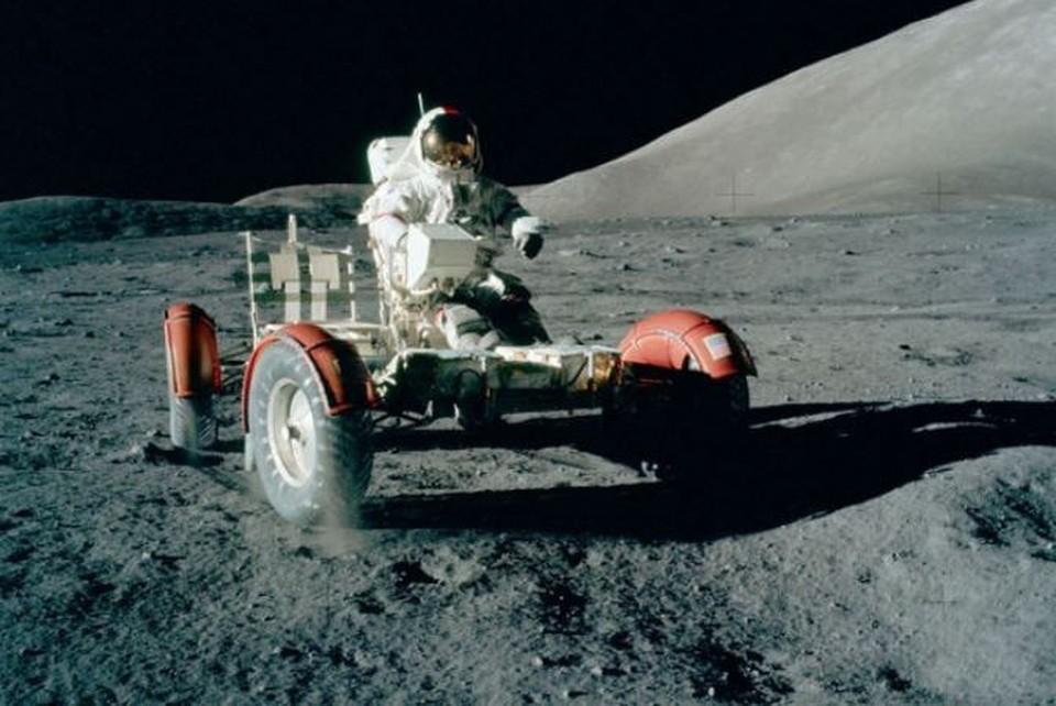 "Юджин Сернан ведет луноход во время шестой высадки американцев на луну. Миссия ""Аполло-17"". ФОТО: Project Apollo Archive"