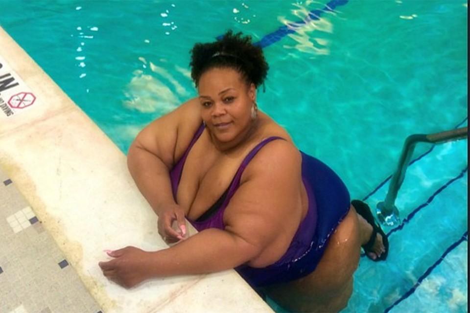 Жирная черная толстуха
