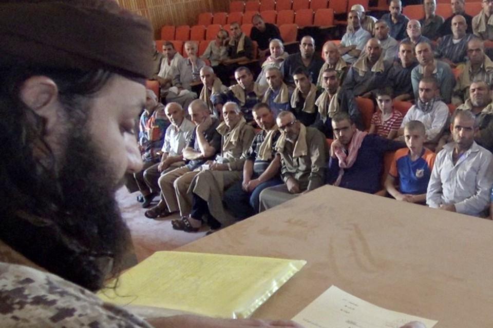 Всю христианскую общину игиловцы обрили наголо, чтобы отличать от мусульман, собрали в одном помещении, объявив им новый свод правил. Фото из архива отца Зохри Хазааля
