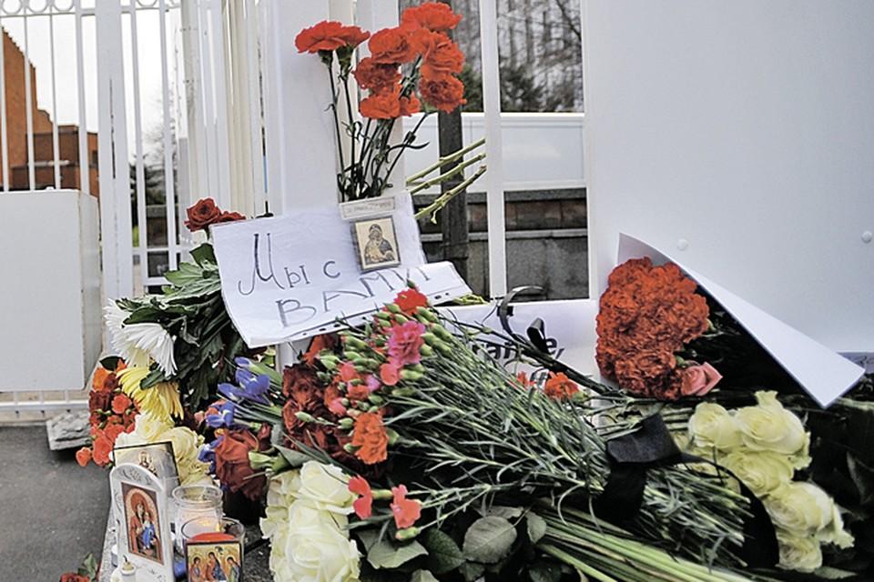 В России приняли трагедию в Париже каксвою. Люди несли к посольству Франции в Москве цветы, свечи и иконки...