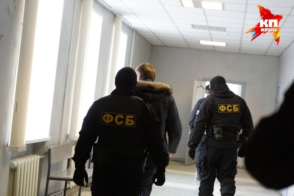 Сотрудники ФСБ проверяют такси, пассажирка которого заявила, что ее водители проповедают джихад