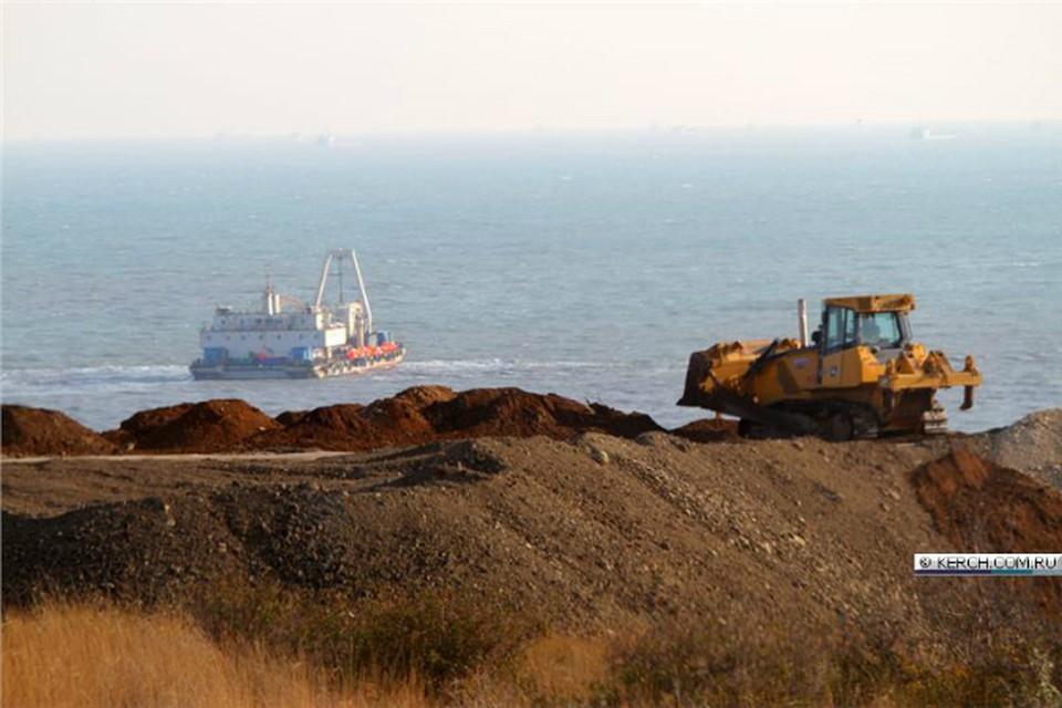 Энергомост планируют запустить 24 декабря. Укладчик работает в море. Фото: Керч ФМ