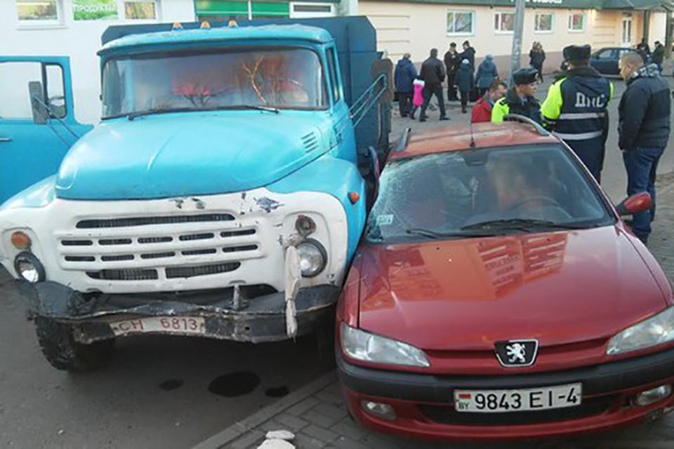В Гродно парень угнал ЗИЛ, протаранил забор, разбил крыльцо банка и наехал на три легковушки