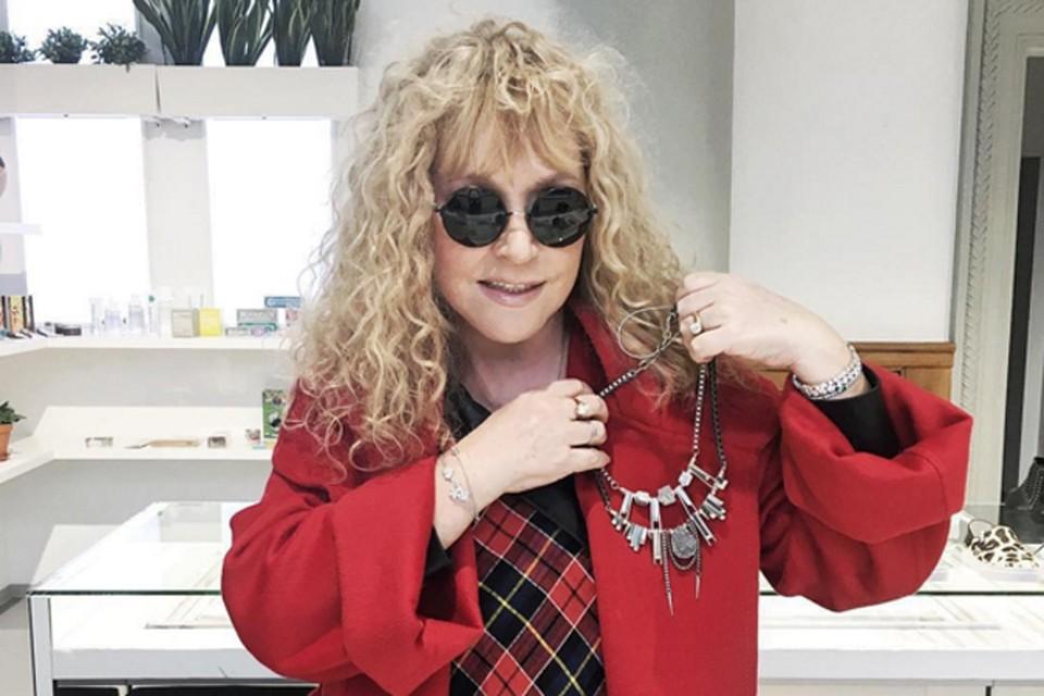 Поклонники сфотографировали звезду в одном из столичных бутиков. На Алле вместо привычного черного балахона был пиджак красного цвета Фото: www.instagram.com/allasuperstar/
