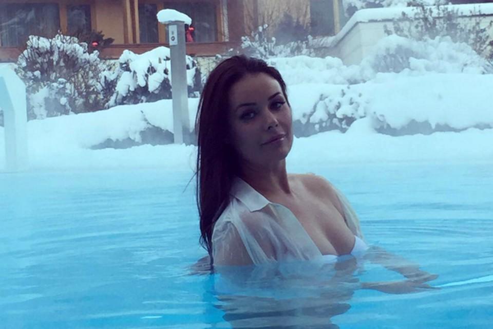 38-летняя красавица и мама двоих детей опубликовала фотографии, на которых запечатлен момент купания зимой в открытом бассейне.