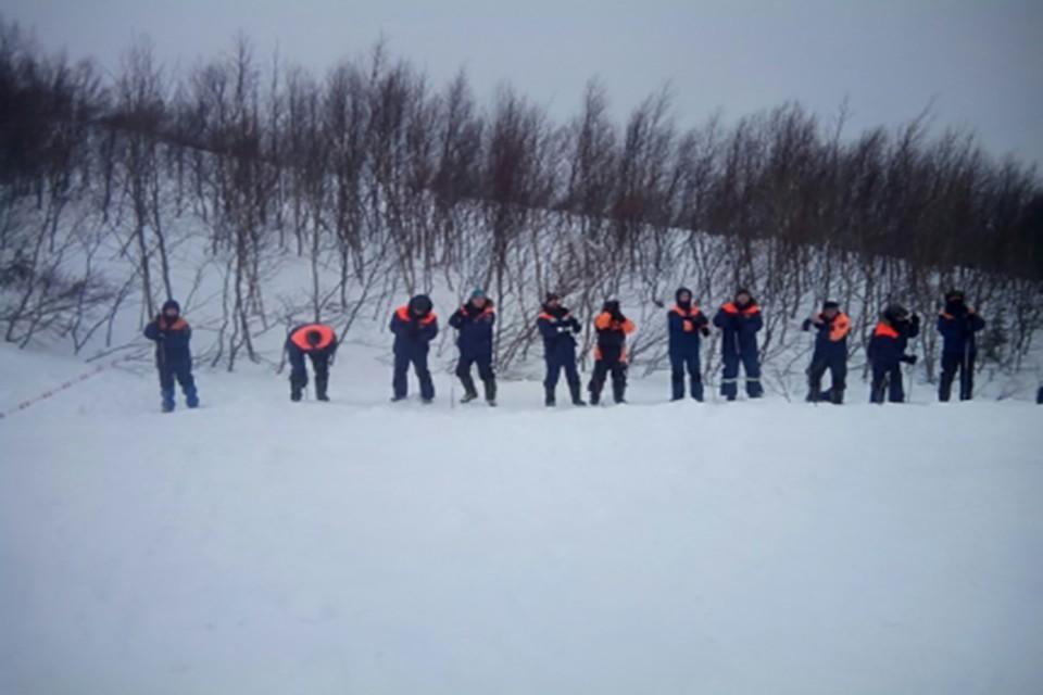 Спасатели продолжают поиски второго мужчины, который пропал без вести после схода лавины в Кировске. Фото: ГУ МЧС России по Мурманской олбласти