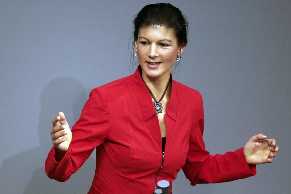 На выступлениях в немецком парламенте она обвиняет Ангелу Меркель в поддержке неофашизма на Украине. Видеозаписи этих речей набирают в интернете миллионы просмотров