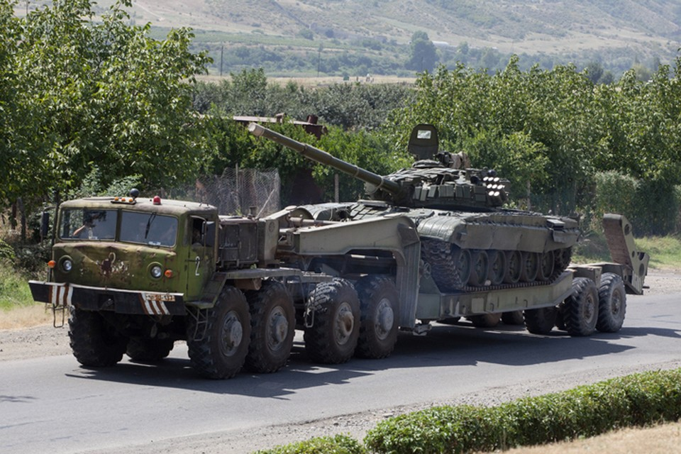 Военная техника на демаркационной линии со стороны Армении. Фото ИТАР-ТАСС/ Антон Якунин