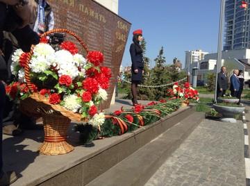 Красные гвоздики появились у обелиска погибших транспортников в Казани