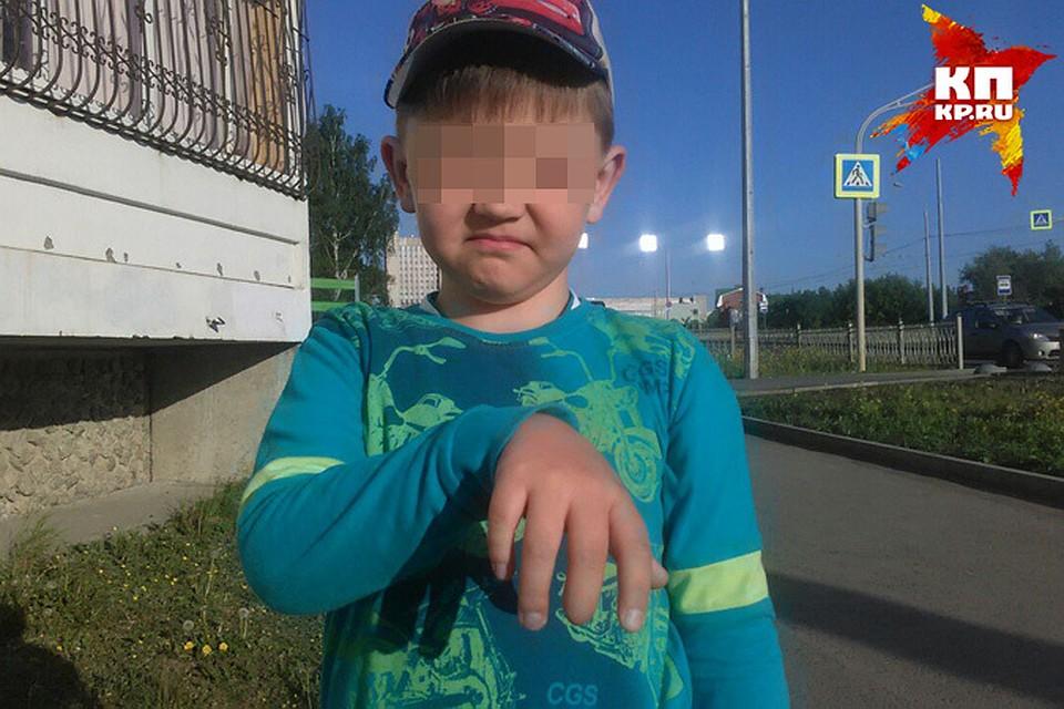 парень засунул палец писке