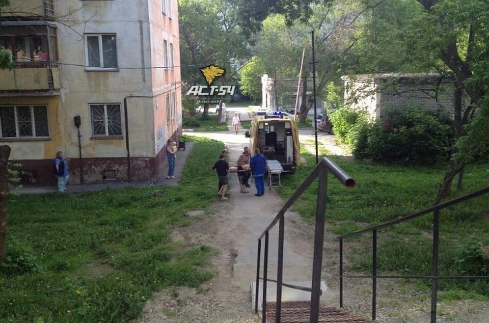 Новосибирец упал с балкона третьего этажа.